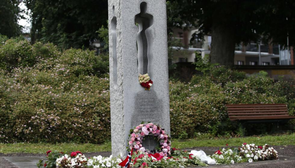 22. juli-minnesmerket i Tønsberg ble mandag morgen rengjort etter at det natt til mandag ble utsatt for vandalisme. Foto: Terje Bendiksby / NTB scanpix