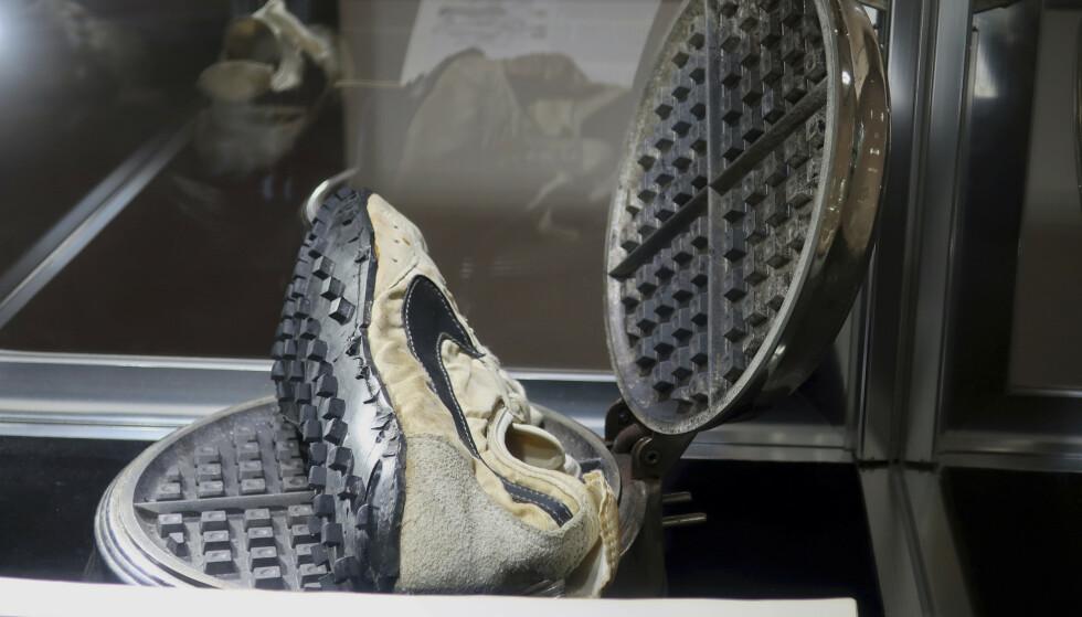 «Måneskoene» er designet av Nikes medstifter Bill Bowerman. Han brukte konas vaffeljern som inspirasjon da han designet skosålen, ifølge nyhetsbyrået AP. Foto: AP / NTB scanpix