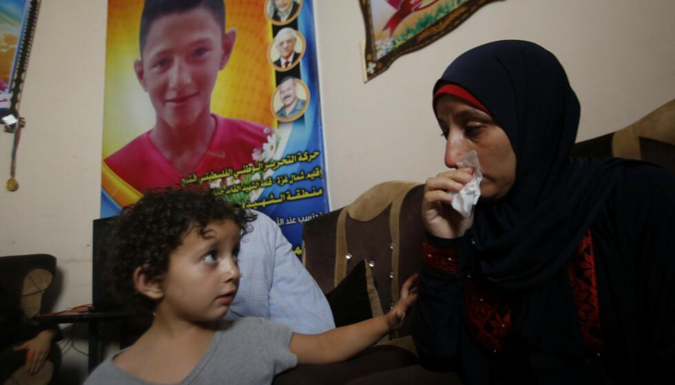 Moren og søsteren til 14 år gamle Mohammed Ayyoub, som ble drept med en kule gjennom hodet på Gazastripen, avfyrt av en israelsk skarpskytter stasjonert ved grensegjerdet mot Israel, sørger. Lite tyder på at Israels gransking av drapet vil resultere i tiltale og dom. Foto: AP / NTB scanpix