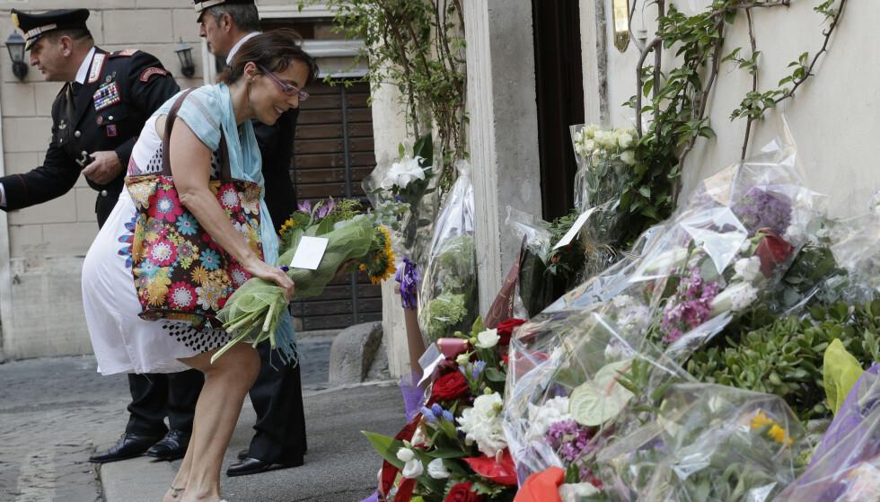 Mange hadde lørdag lagt ned blomster utenfor politistasjonen der Mario Cerciello Rega jobbet i Roma. Foto: Andrew Medichini / AP / NTB scanpix
