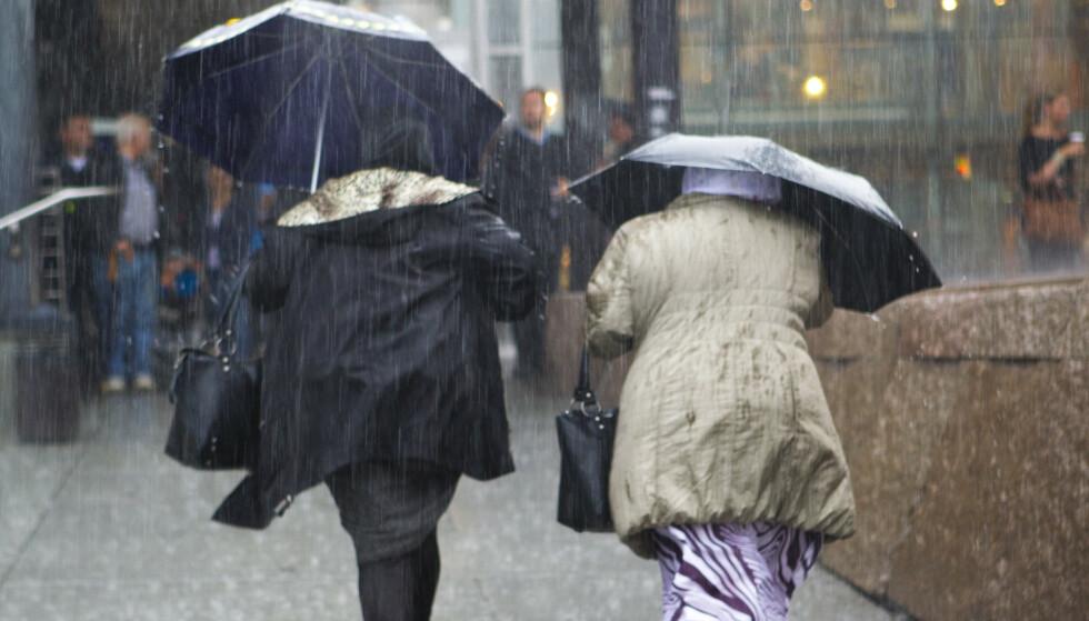Folk på Sør- og Vestlandet bør ta fram paraplyer og forberede seg på noen kraftige regnbyger i løpet av det neste døgnet. Illustrasjonsfoto: Berit Roald / NTB scanpix