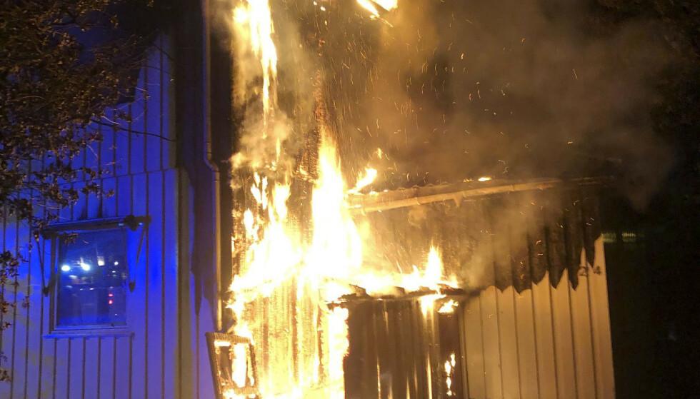Politiet leter etter en mann som ble observert løpende fra vekk fra et hus som begynte å brenne i Tønsberg natt til onsdag. Foto: Vestfold Interkomunale brannvesen / NTB scanpix