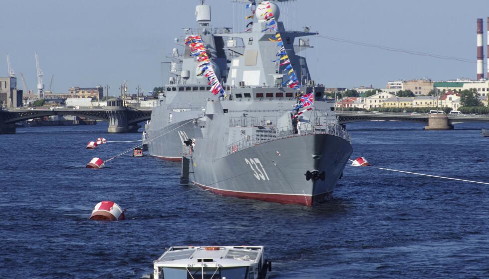 Russiske marinefartøy for anker på Neva-elven i forkant av en parade i St. Petersburg i forrige uke. Landet har nå satt i gang en stor militærøvelse i Østersjøen. Foto: Dmitri Lovetsky / AP / NTB scanpix