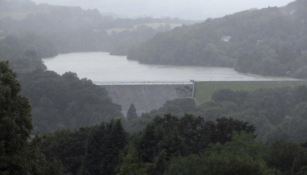 Demningen Toddbrook Reservoir ved småbyen Whaley Bridge i England har fått skader etter flere dager med kraftig regn. Småbyen evakueres av frykt for at demningen skal briste. Foto: Danny Lawson / AP / NTB scanpix