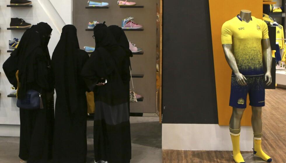 Kvinner over 21 år får for første gang lov til å få pass og reise utlands, uten at de må ha tillatelse fra sin mannlige «beskytter». Foto: AP / NTB scanpix