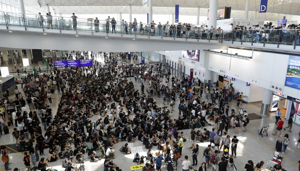 – Ingen opprørere, bare tyranni, ropte demonstrantene på flyplassen i Hongkong da de fredag ettermiddag lokal tid rullet i gang demonstrasjonen de har planlagt skal pågå i tre dager. Foto: Vincent Thian, AP / NTB scanpix