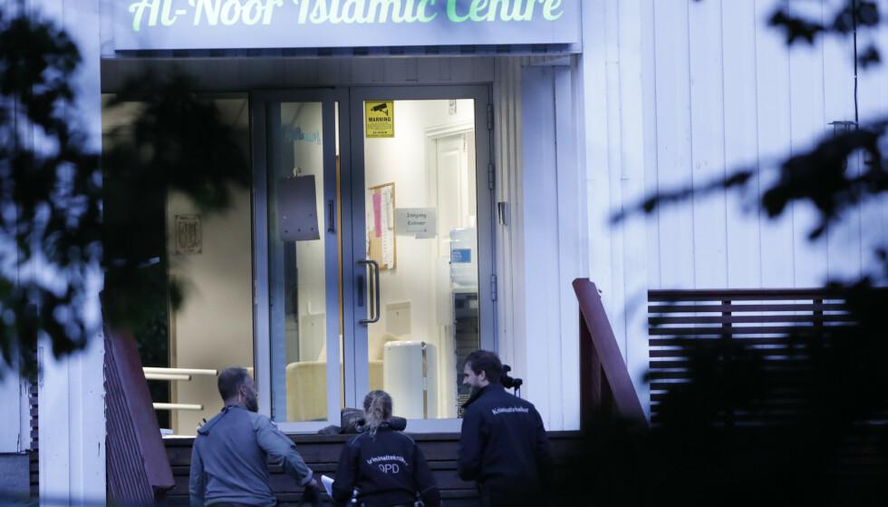 Ifølge vitner var det skyting på Al-Noor Islamic Centre i Bærum lørdag. Politiet kan ikke si om det ble løsnet skudd i moskeen. Foto: Terje Bendiksby / NTB scanpix
