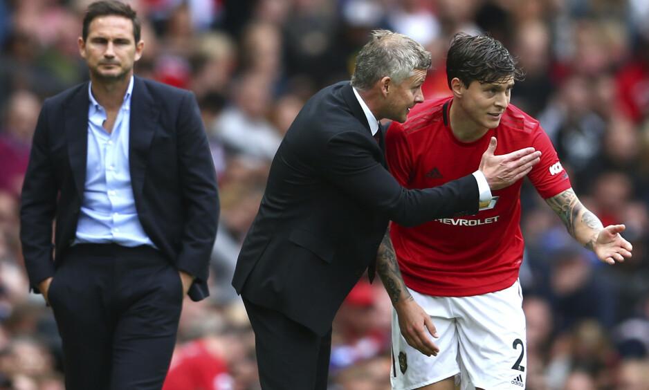 Chelsea-manager Frank Lampard (til venstre) ser Manchester United-kollega Ole Gunnar Solskjær instruere Victor Lindelöf (til høyre). Foto: Dave Thompson, AP / NTB scanpix