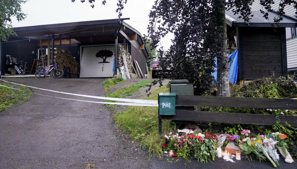 Blomster er lagt ned utenfor hjemmet til den drepte kvinnen i Bærum. Foto: Fredrik Hagen / NTB scanpix