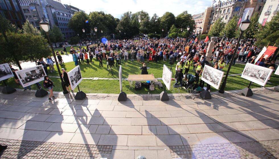 Flere deltok i en markering mot muslimhat foran Stortinget onsdag kveld. Foto: Ørn E. Borgen / NTB scanpix