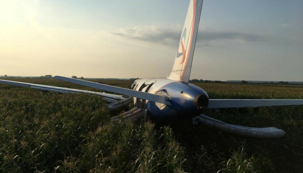 Flyets motor sluttet å fungere som den skulle. Flyet nødlandet i en kornåker utenfor flyplassen. Foto: Reuters.