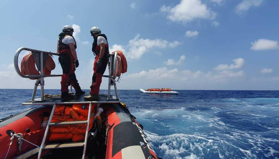 En gummibåt fra Ocean Viking på vei ut til en gummibåt med migranter og flyktninger i Middelhavet. Bildet ble tatt 13. august. Det befinner seg nå 356 mennesker om bord på redningsskipet. Foto: Hannah Wallace Bowman / MSF / SOS Méditerranée via AP / NTB scanpix