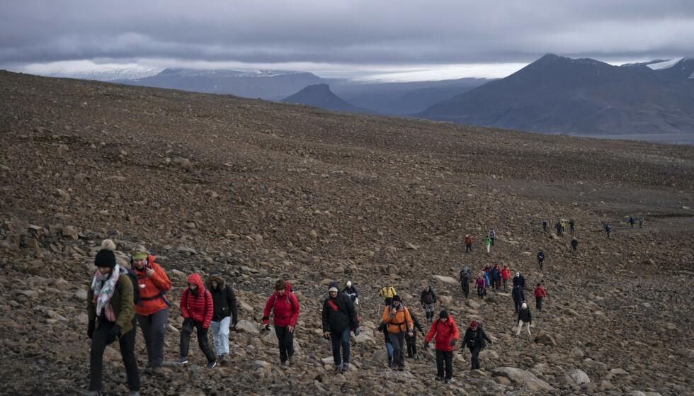 Mange mennesker gikk søndag opp på det islandske fjellet Ok for å minnes isbreen Okjökull, som er den første som går tapt i landet på grunn av klimaendringer. Foto: Felipe Dana / AP / NTB scanpix
