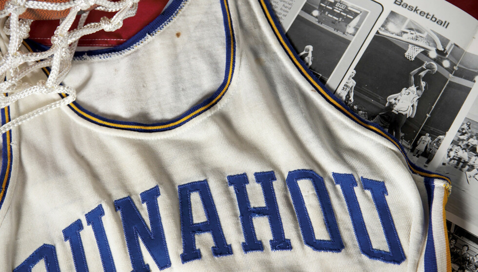 En anonym kjøper har sikret seg baskettrøya med nr 23 fra Punahou High School. Foto: Heritage Auctions via AP / NTB scanpix