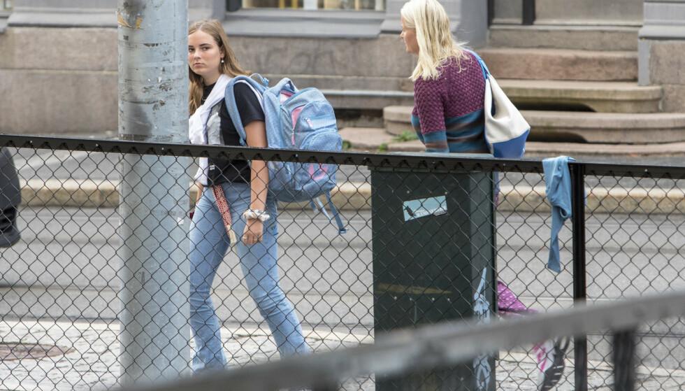 Prinsesse Ingrid Alexandra ønsker å gå det siste året på en offentlig skole. Mandag møtte hun opp på Uranienborg skole sammen med sin mor, kronprinsesse Mette-Marit. Foto: Ole Berg-Rusten / NTB scanpix