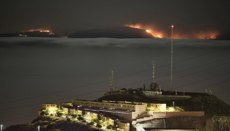 Brannen på Gran Canaria kan sees fra naboøya Tenerife. Brannmannskapet har ikke kontroll og 9.000 innbyggere er evakuert. Foto. AP / NTB scanpix