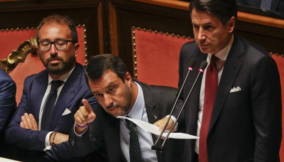 Italias statsminister Giuseppe Conte til høyre. Visestatsminister og Ligaleder Matteo Salvini på hans høyre side. Foto: AP / NTB scanpix