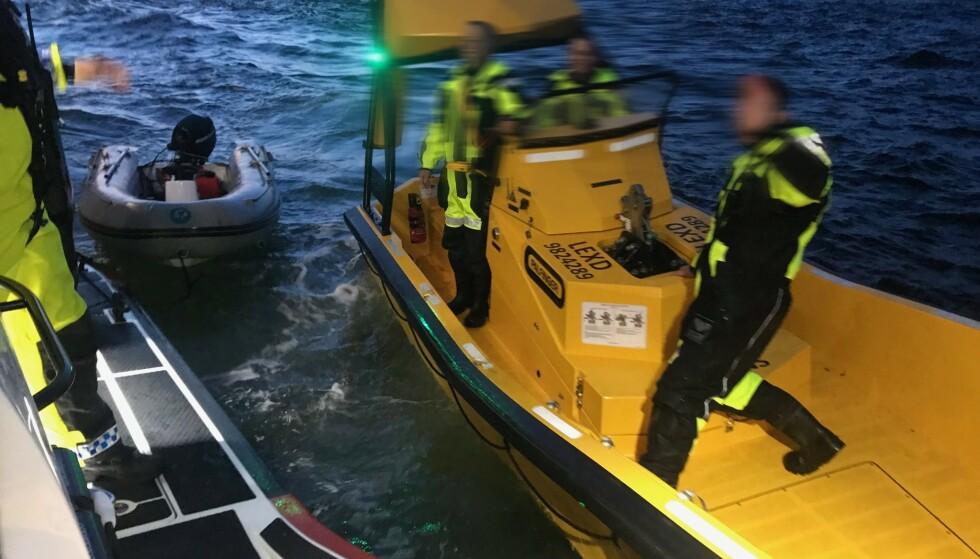 Color Line og Redningsselskapet reddet en mann som var blåst til havs i liten gummijolle. Han ble observert fra brua på Color Line-ferja som avbrøt sin seilas fra Strømstad for å redde mannen i havsnød. Foto: Redningsselskapet / NTB scanpix