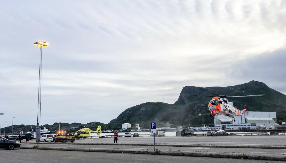 Mannskaper fra nødetatene der tre personer er reddet opp etter at en bil kjørte i vannet ved et fergeleie i Svolvær i Nordland. Det utføres livreddende førstehjelp på stedet. Foto: Trine Sivertsen / Våganavisa / NTB scanpix