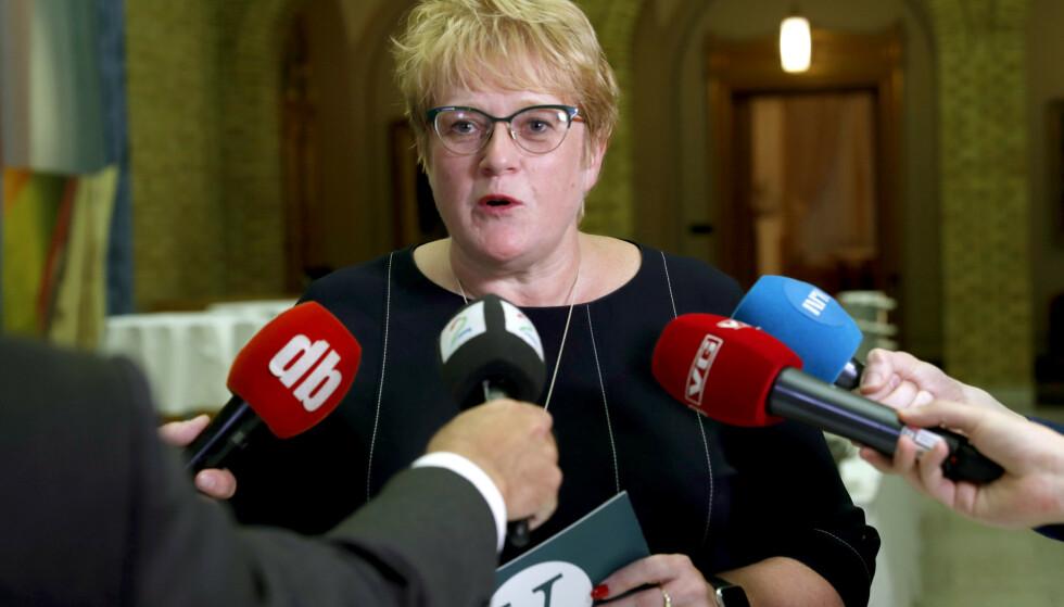 Venstreleder Trine Skei Grande holdt pressekonferanse i vandrehallen i Stortinget om bompengesaken sent fredag kveld. Foto: Terje Bendiksby / NTB scanpix