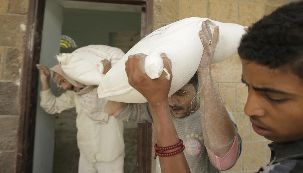 Millioner av mennesker er avhengig av matvarehjelp i Jemen. Men ikke alle matvarene som er levert når fram til dem som trenger det. Bildet er fra matvaredistribusjon i Sana. Foto: AP / Hani Mohammed / NTB scanpix