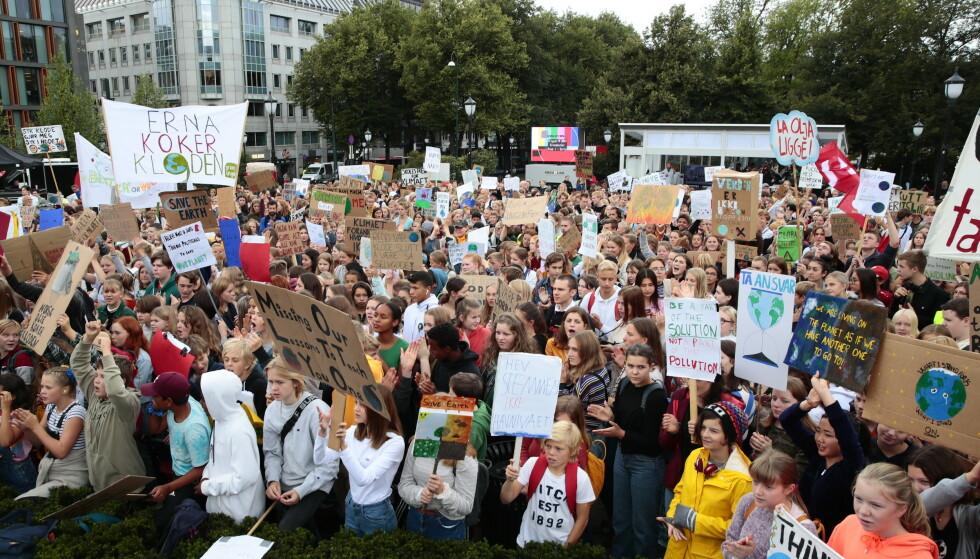 Skoleelever klimastreiket foran Stortinget i Oslo fredag. Lignende demonstrasjoner fant sted over hele landet. Foto: Håkon Mosvold Larsen / NTB scanpix