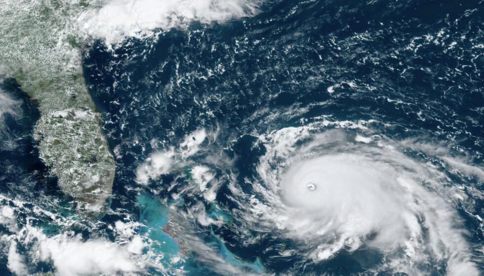 Orkanen Dorian er blitt en kategori 5-orkan og traff det nordre Bahamas søndag. Den er nå på vei mot USAs østkyst. Foto: NOAA via AP / NTB scanpix
