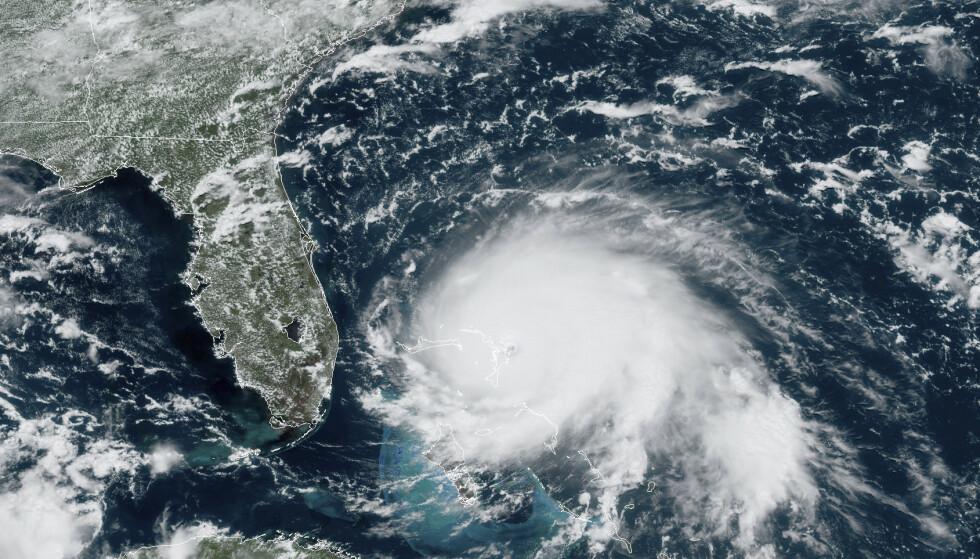 Satellittbilde fra GOES-16 søndag klokka 17 lokal tid, da Dorian var oppe i en vindstyrke på 82 meter per sekund. Foto: NOAA via AP / NTB scanpix