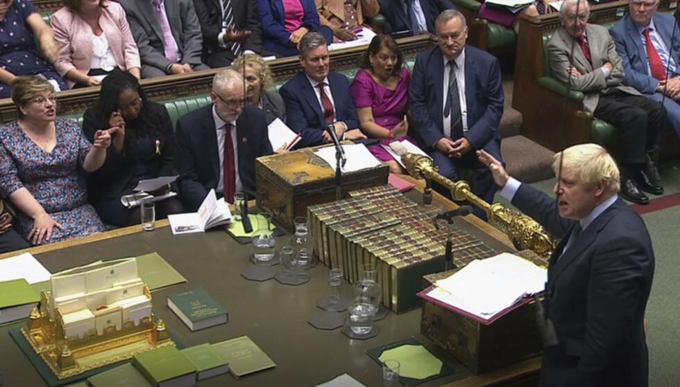 Statsminister Boris Johnson (stående til høyre) og opposisjonsleder Jeremy Corbyn (tvers overfor), gikk i verbal klinsj allerede i spørretimen midt på dagen onsdag. Utover ettermiddagen og kvelden blir det nye konfrontasjoner i kampen om den videre brexitprosessen. Foto: Underhuset / PA / AP / NTB scanpix