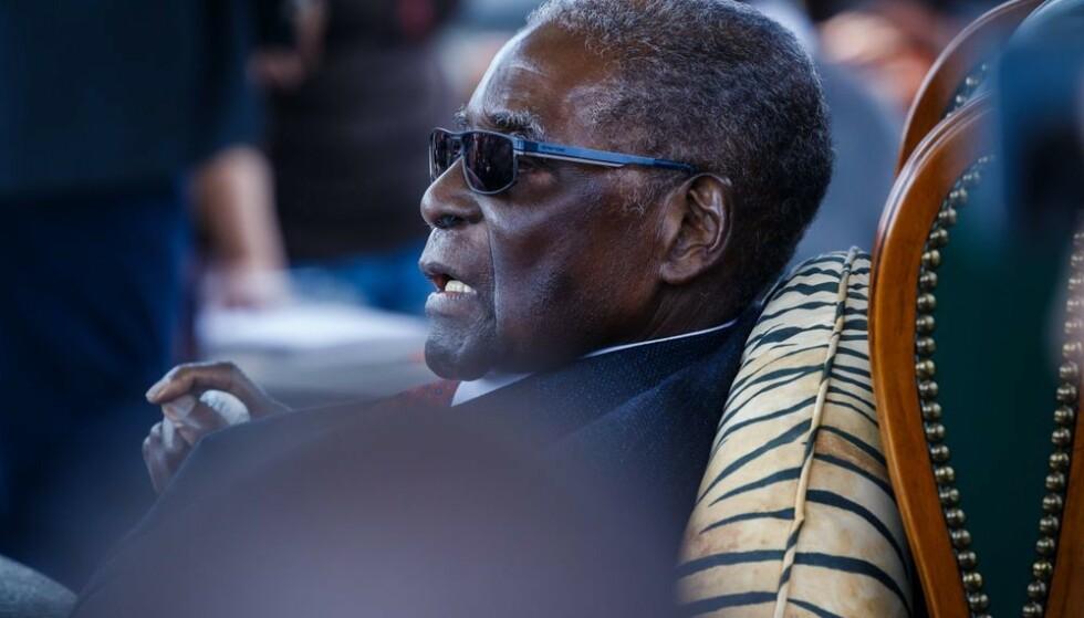 Robert Mugabe er død, 95 år gammel. Foto: Jekesai Njikizana, AFP