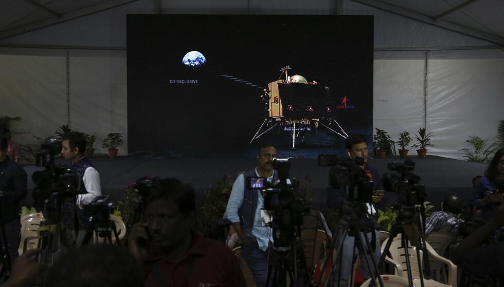 Animert grafikk på skjerm viser Chandrayaan-2 sin landingsmodul i mediesenteret til den indiske forskningsorganisasjonen i Bangalore fredag. Nå har de mistet kontakten. Foto: Aijaz Rahi / AP / NTB scanpix