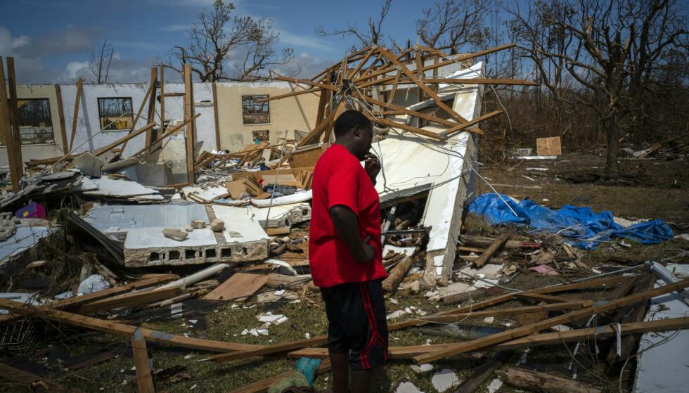 En mann gråter foran huset til familien, der han nå savner åtte familiemedlemmer etter orkanen Dorian, i High Rock på Grand Bahama. Foto: Ramon Espinosa / AP / NTB scanpix