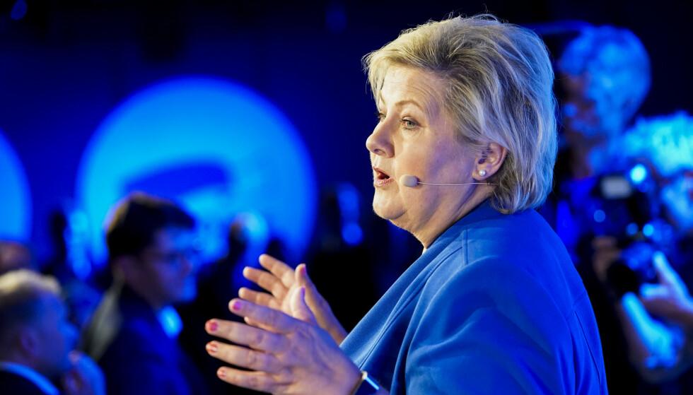 Leder i Høyre Erna Solberg (H) kommer gående til valgvaken på Clarion Hotel Oslo. Foto: Heiko Junge / NTB scanpix