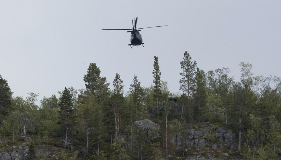 Forsvarets helikopter flyr over ulykkesområdet der seks personer omkom i en ulykke. Foto: Terje Pedersen / NTB scanpix