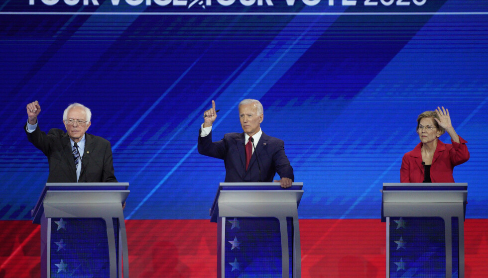 Fra venstre senator Bernie Sanders, Tidligere visepresident Joe Biden (fra venstre), senator Elizabeth Warren under kveldens debatt blant de ti demokratiske presidentkandidatene i Houston, Texas. Foto: David J. Phillip/ AP/ NTB scanpix