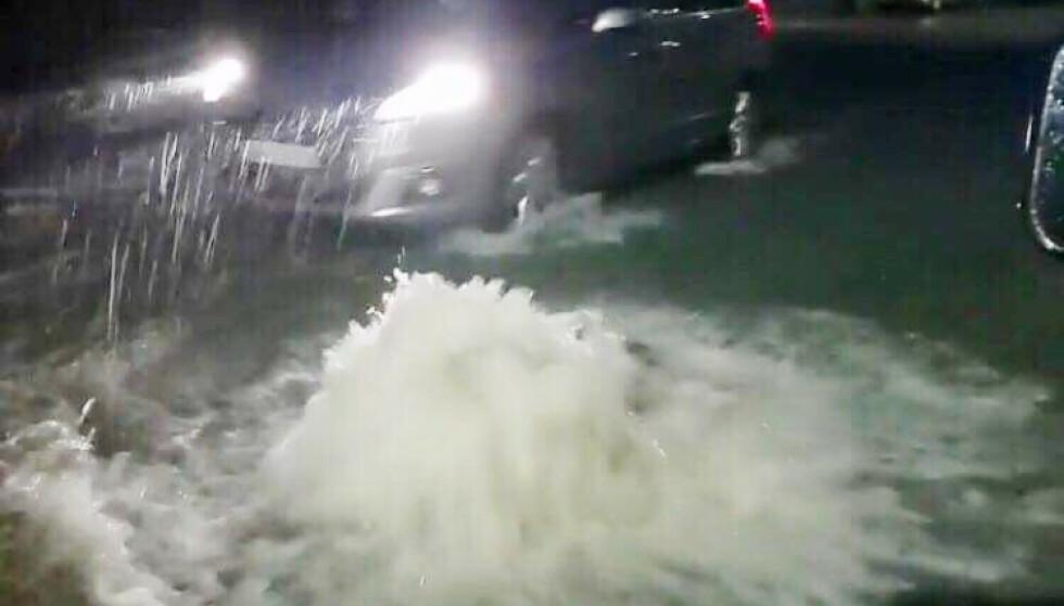 Folk på Vestlandet bes holde seg innendørs. i Bergen ble kumlokkene presset opp av vannmassene og politiet ba folk om å kjøre forsiktig. Foto: Richard Halland / NTB scanpix