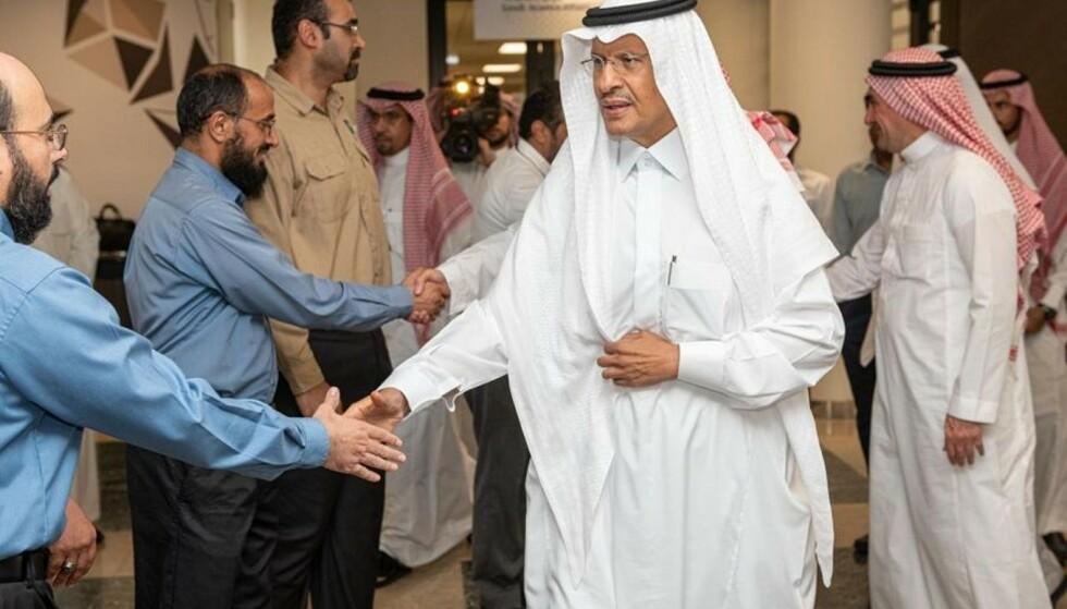 Saudi-Arabias energiminister, prins Adbulaziz bin Salman, fotografert dagen etter angrepene. Foto: Saudi Press Agency via AP / NTB scanpix