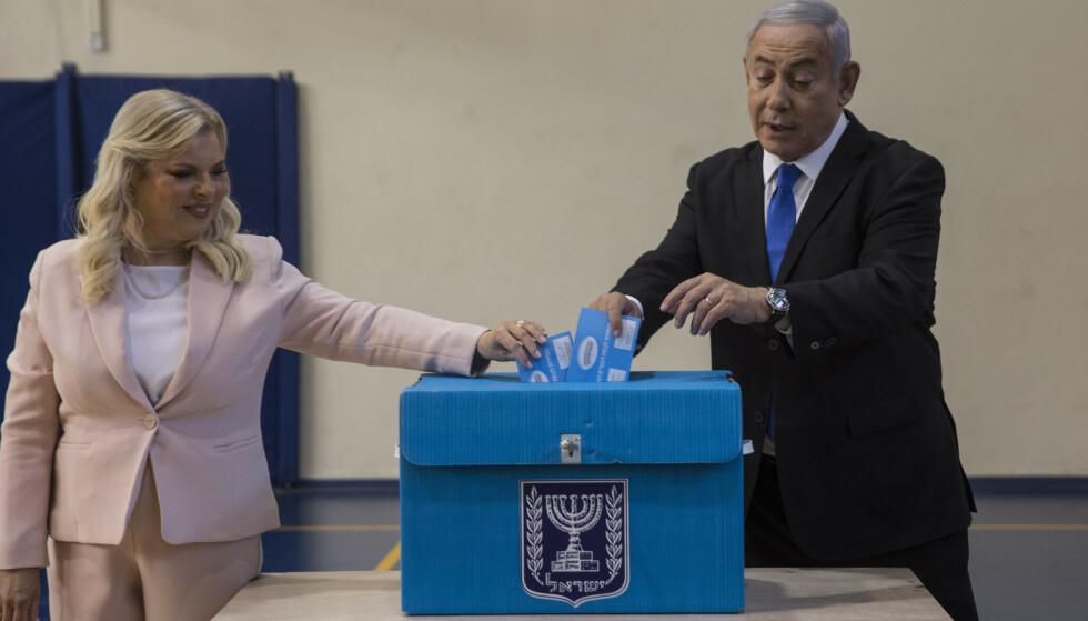 Israels statsminister Benjamin Netanyahu og kona Sarah stemte i Jerusalem tirsdag. Valget kan avgjøre om Netanyahu beholder makten eller om han straffeforfølges for korrupsjon. Foto: Heidi Levine, Sipa, Pool via AP / NTB scanpix