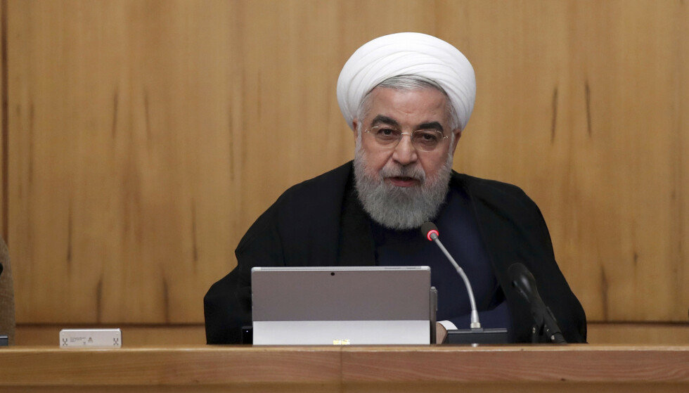 Irans president Hassan Rouhani under et regjeringsmøte i Teheran onsdag. Rouhani mener aktører i Jemen utførte oljeangrepene i Saudi-Arabia for å sende en advarsel. Foto: Iranske myndigheter / AP / NTB scanpix