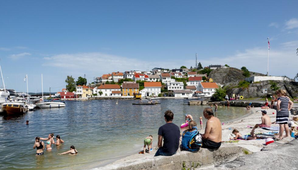 Til helgen kan det bli et aldri så lite gjensyn med sommertemperaturer flere steder i landet. Her er badegjestene på badestranden på Gunnarsholmen ved Kragerø i sommer. Foto: Geir Olsen / NTB scanpix