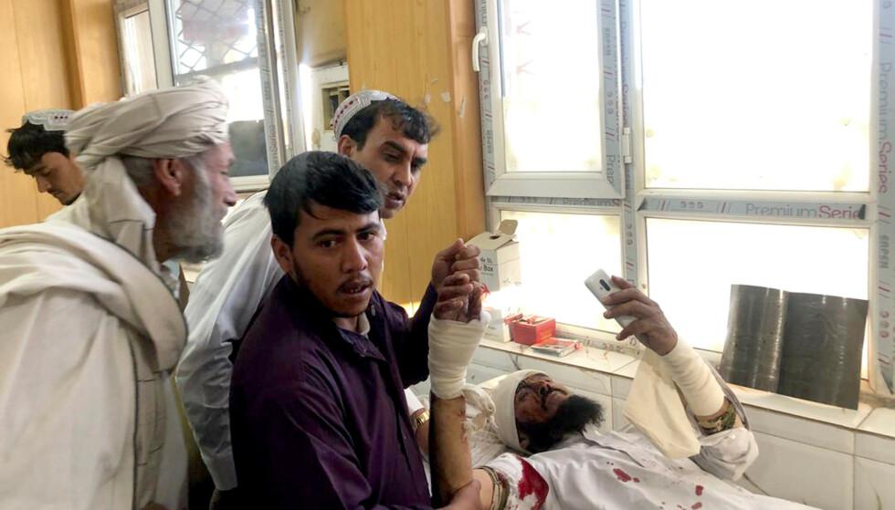 En av nærmere hundre mennesker som ble såret i angrepet, får her behandling i byen Qalat torsdag. Foto: Ahmad Wali Sarhadi / AP / NTB scanpix