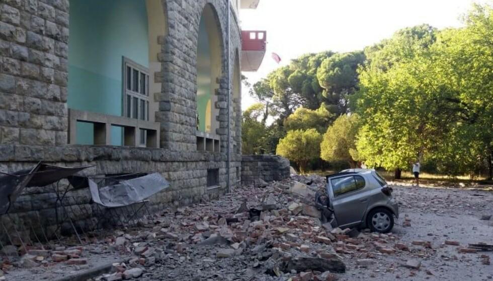 En knust bil ved universitetet i Tirana etter lørdagens jordskjelv. Foto: AP / NTB scanpix