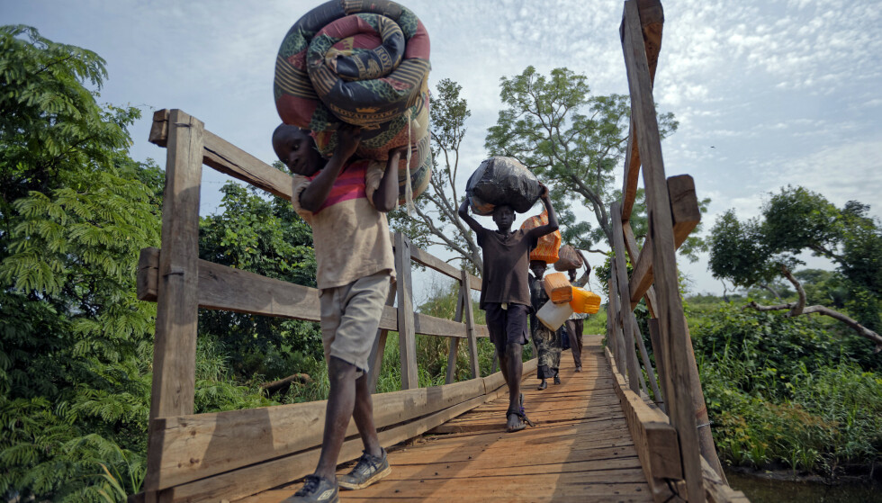 Borgerkrigen i Sør-Sudan har koset hundretusenvis av menneskeliv og drevet millioner på flukt. Disse flyktningene krysset grenseelva til nabolandet Uganda i 2017. Foto: AP / NTB scanpix