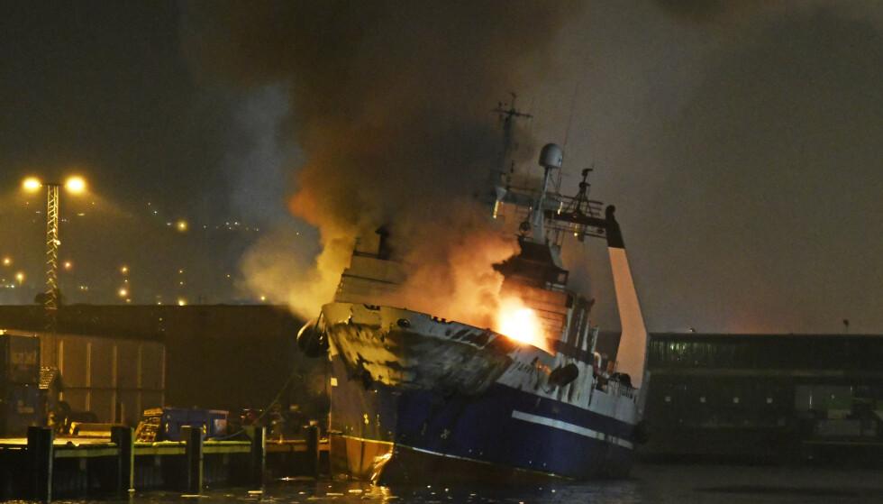 Det brant kraftig i den russiske tråleren som ligger ved kai i Breivika Havn i Tromsø. Slukningsarbeidet pågår fortsatt torsdag morgen, og veier i området er stengt. Foto: Rune Stoltz Bertinussen / NTB scanpix