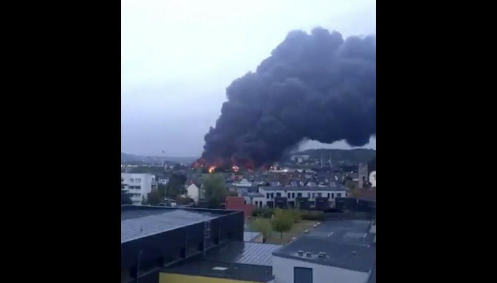 Røyk og flammer sto opp fra fabrikkområdet torsdag morgen. Foto: Twitter-kontoen @JulietteChrl via AP / NTB scanpix