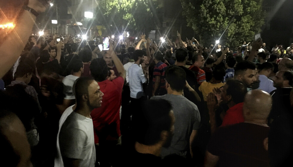 Demonstranter roper slagord mot regimet under en demonstrasjon i Egypts hovedstad Kairo lørdag. Folkemengden ble spredt av politistyrker. Foto: Nariman El-Mofty / AP / NTB scanpix