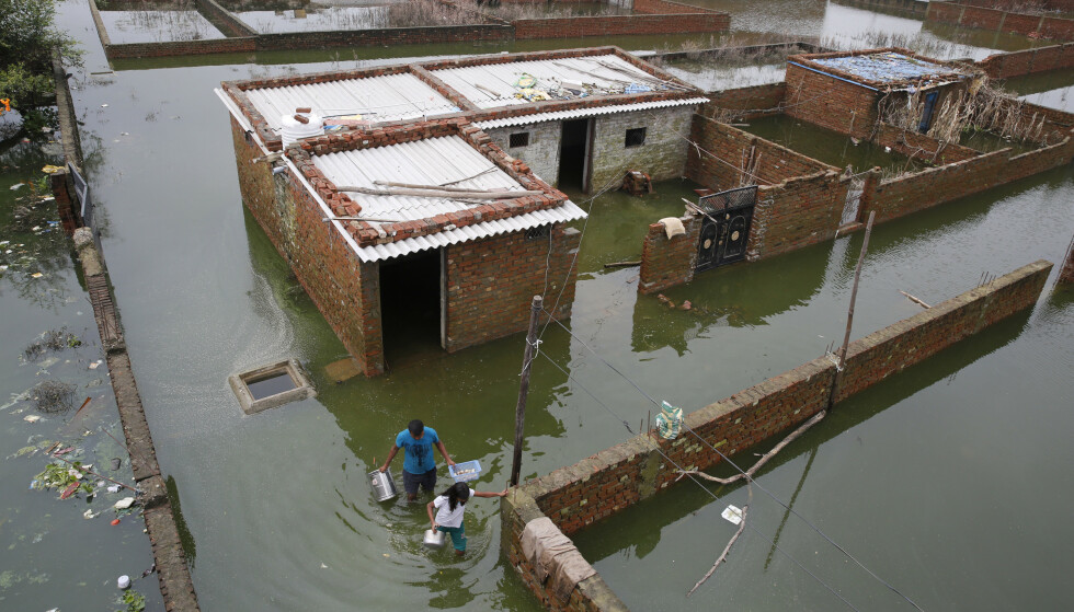 Mange hjem er rammet av oversvømmelse i Uttar Pradesh. Foto: Rajesh Kumar Singh / AP / NTB scanpix