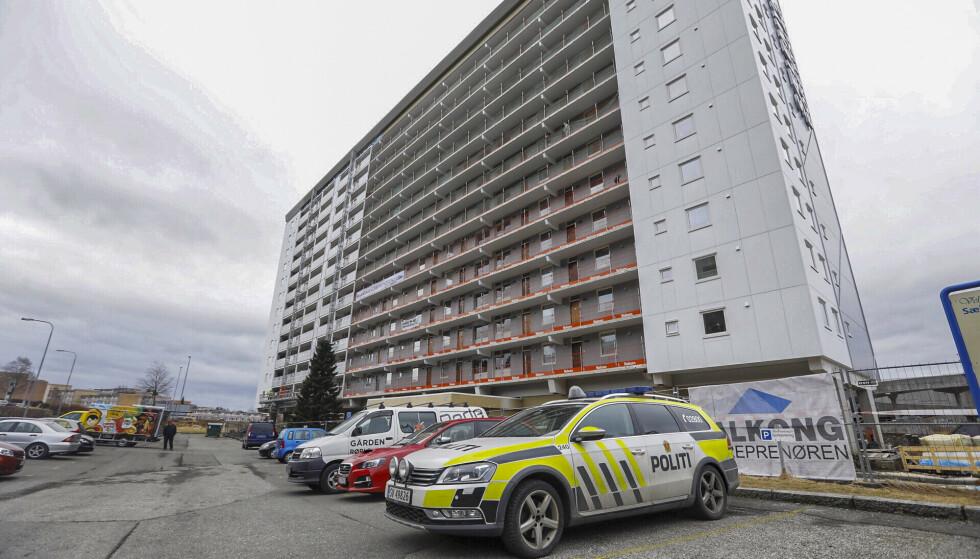 21 år gamle Sebastian Seterås ble funnet død på bakken utenfor denne boligblokken i Fyllingsdalen i Bergen 23. mars i fjor. En 22-åring erkjenner straffskyld for drap. Foto: Bjørn Erik Larsen / Bergens Tidende / NTB scanpix