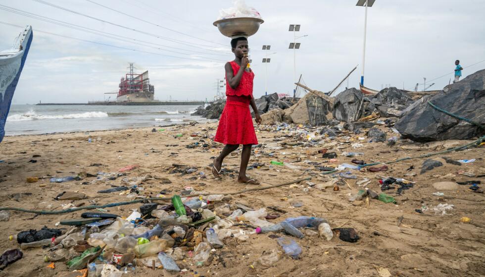 Mange av verdens strender er forurenset med plast som er skylt opp fra havet, og som skyldes at forbrukere har kastet fra seg flasker og andre plastgjenstander. Plasten som har hopet seg opp til havs, består imidlertid stort sett av avfall fra handelsskip og fiskefartøy, ifølge forskere. Bildet er fra havnebyen Tema i Ghana. Foto: Heiko Junge / NTB scanpix