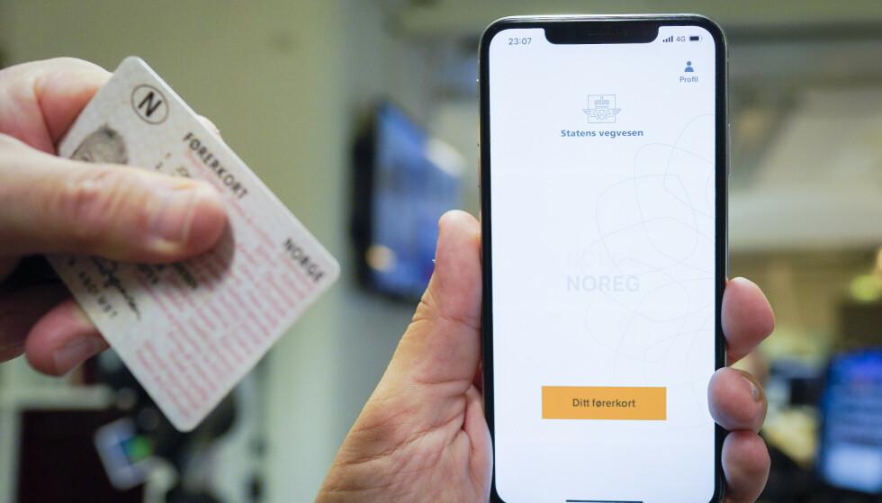 Ny app for lapp: Nå får du førerkortet ditt som egen app fra Statens vegvesen enten du er på iPhone eller Android-telefon. Nesten 700.000 har lastet ned appen siden lanseringen mandag. Foto: Fredrik Hagen / NTB scanpix